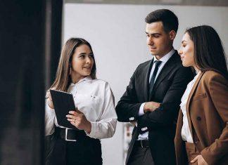 mujeres y hombre de negocios