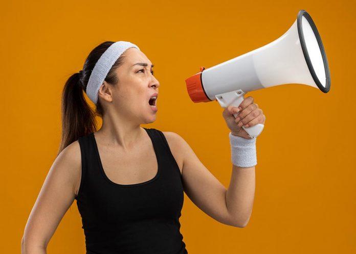 mujer con megafono