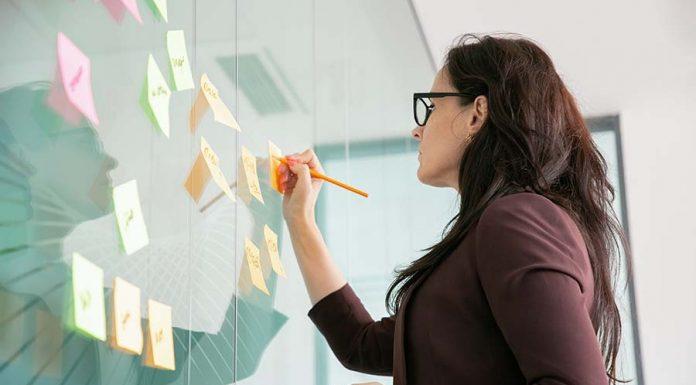 mujer escribiendo objetivos