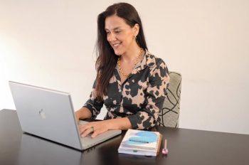 mujer trabajando freelance