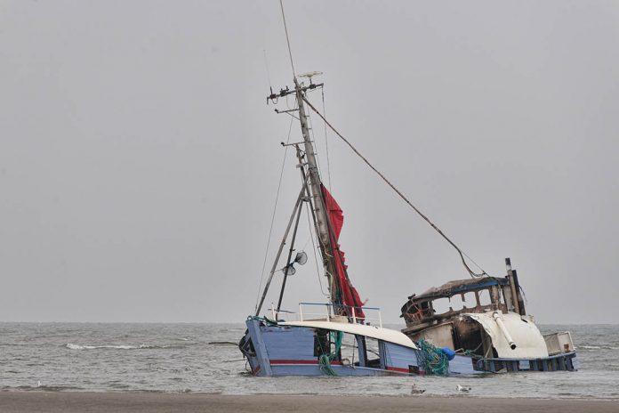 barco abandonado hundido