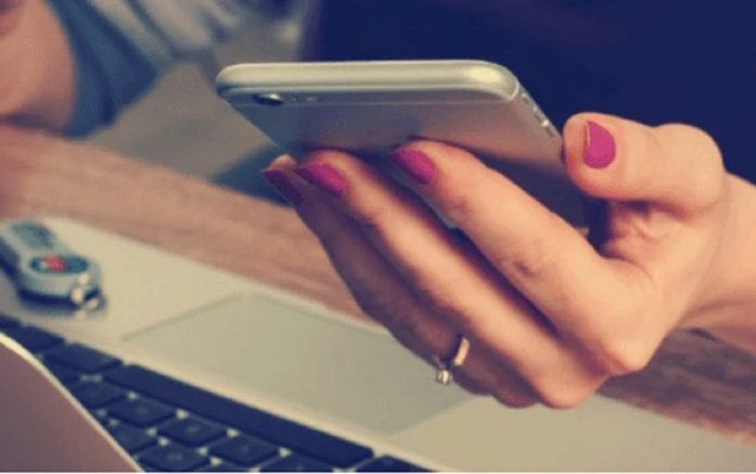 mujer celular trabajando