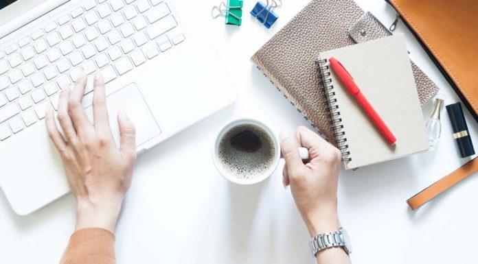 mujer trabajando escritorio