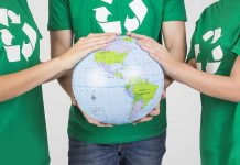 personas sosteniendo planeta