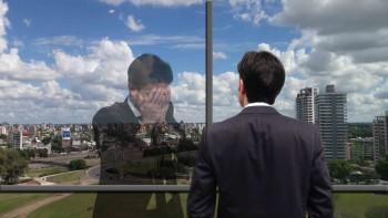 hombre-mira-por-la-ventana-emociones