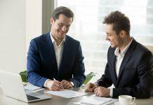 hombres trabajando negociando