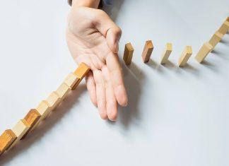 mano frenando domino