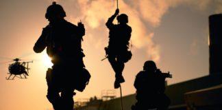 soldados bajando de helicoptero