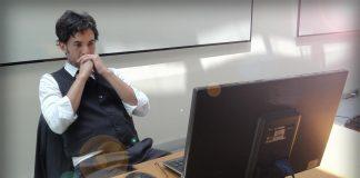 hombre frente computadora